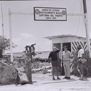 2. 1975.03.00 Wejscie do Kapitantu Puerto Ayora. Galpagos. LM KJ  i straznik