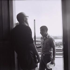 3. 1975.03.00 LM u wejscia do knajpki Nimfa. Puerto Ayora  Galpagos