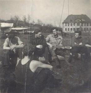 """6. """"Pirat"""" z gitarą, 1949r."""