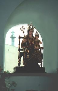 Patronka Europy z Gibraltaru, w tle minaret meczetu. Fot. W. Jacobson